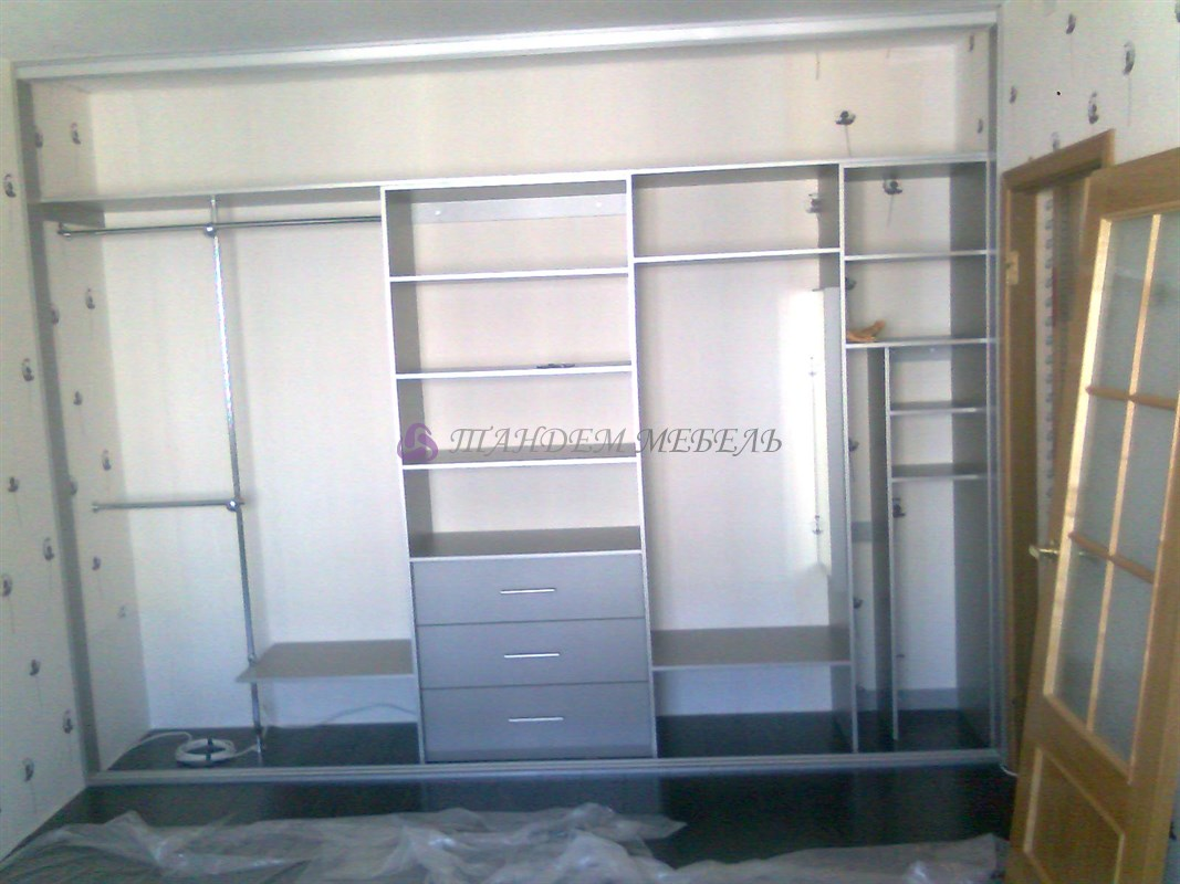 Шкаф со стеклянными дверями